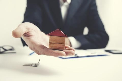 Notaire, courtier, agent immobilier : combien coûtent leurs services ?